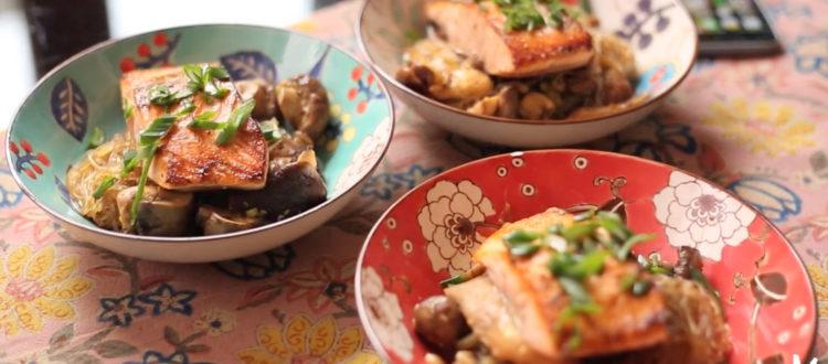 salmón con fideos de arroz
