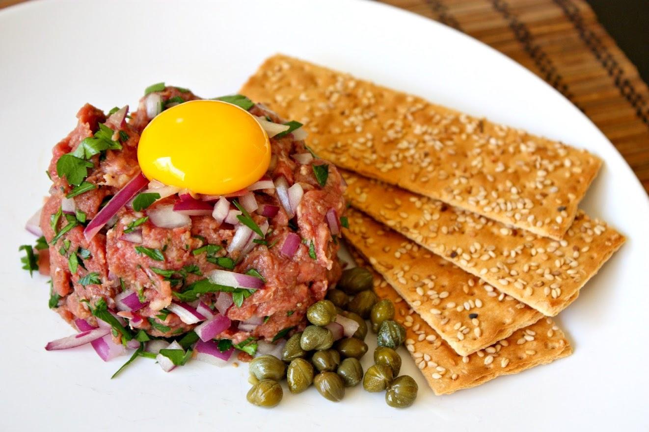Para un club de tobi: tártaro de carne y chaufa de camarones