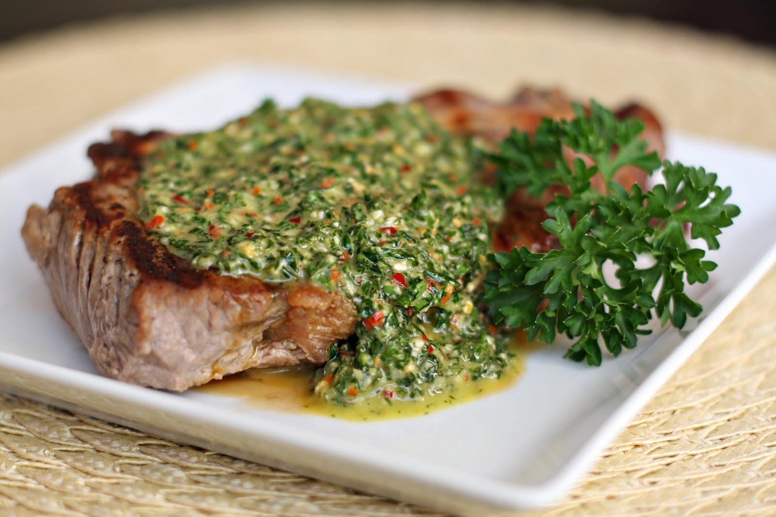 Entrañas con chimichurri y salsa verde
