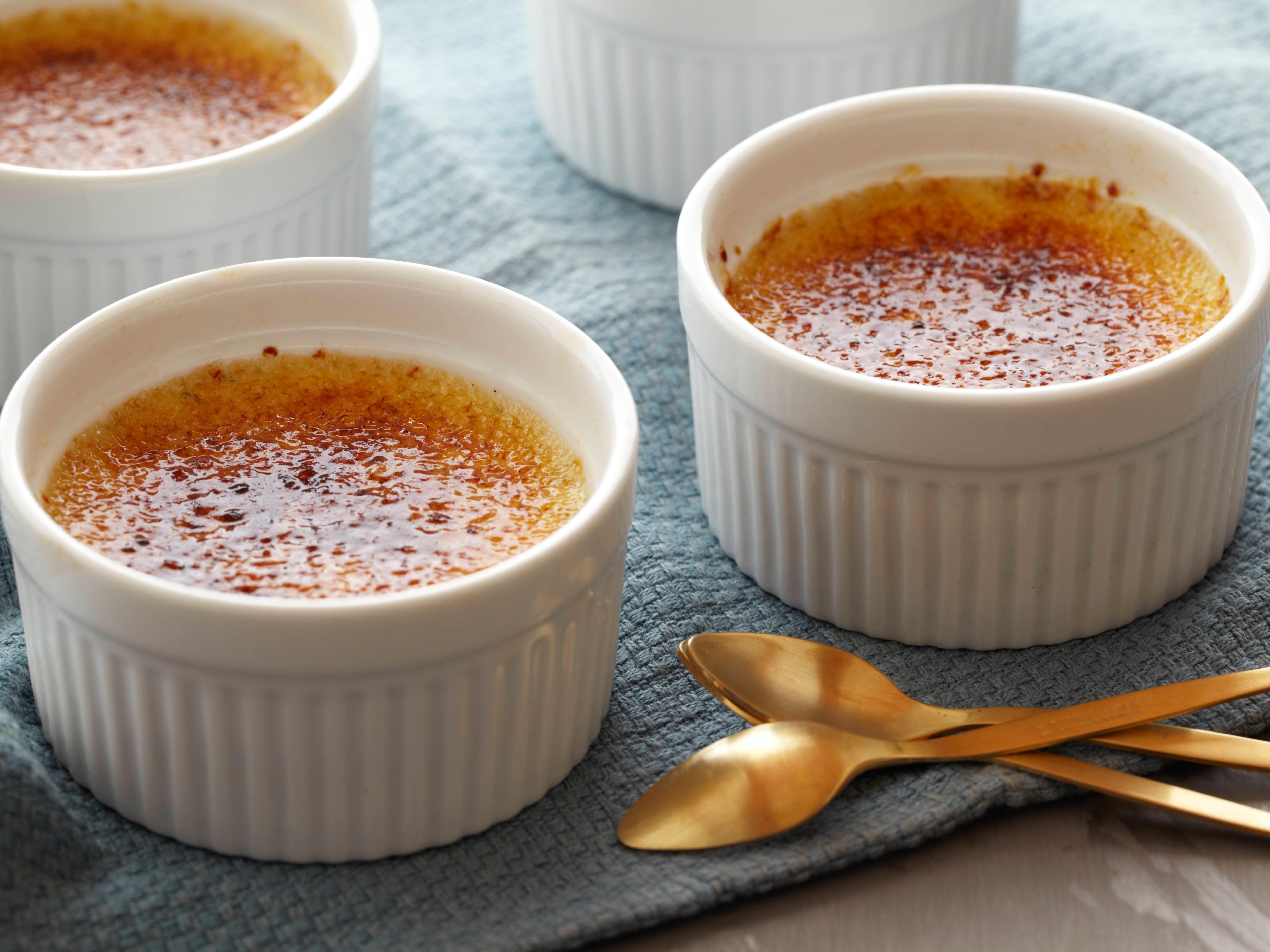 Crème brûlée de queso crema con compota de manzanas y maracuyá