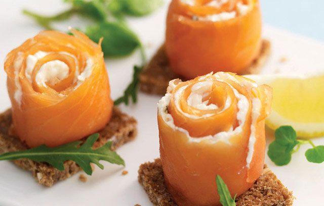 Rollo de queso crema con salmón curado