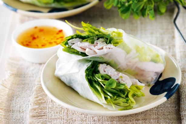 Rollos de pollo y vegetales en papel de arroz