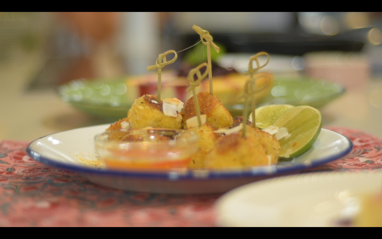 Croquetas de camarón con salsa de miel y cítricos picante