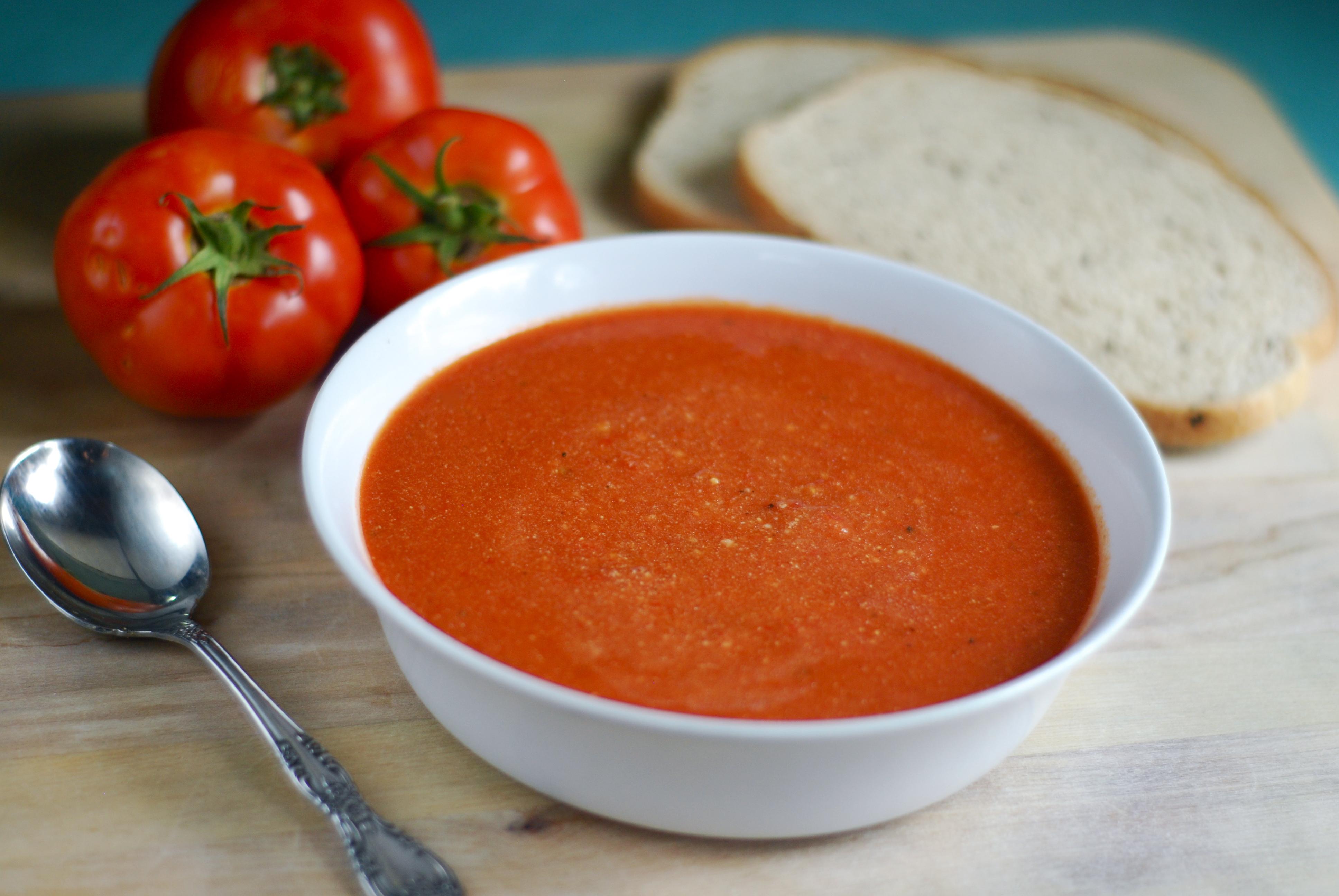 Sopa de tomates, pimientos asados y bocconcinis