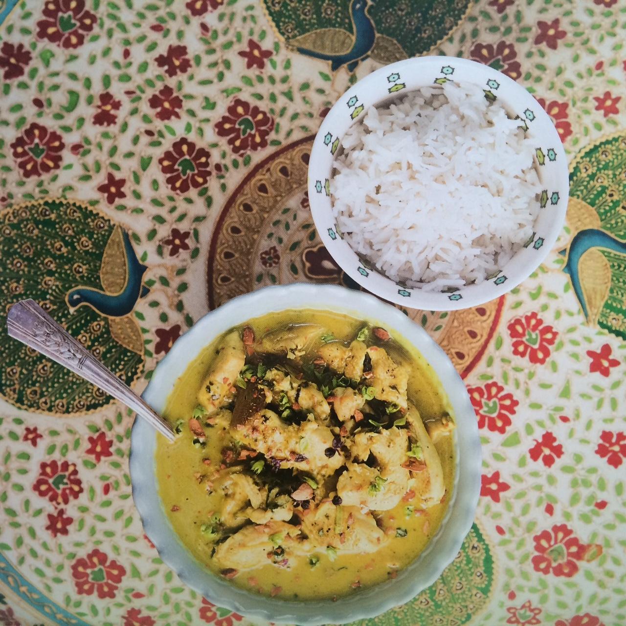 Pollo al curry con albahaca y leche de coco