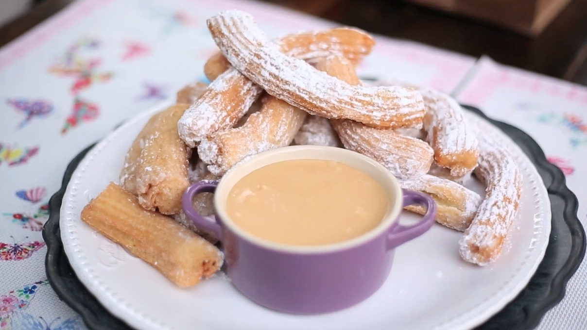 Churros con salsa de manjar y chocolate