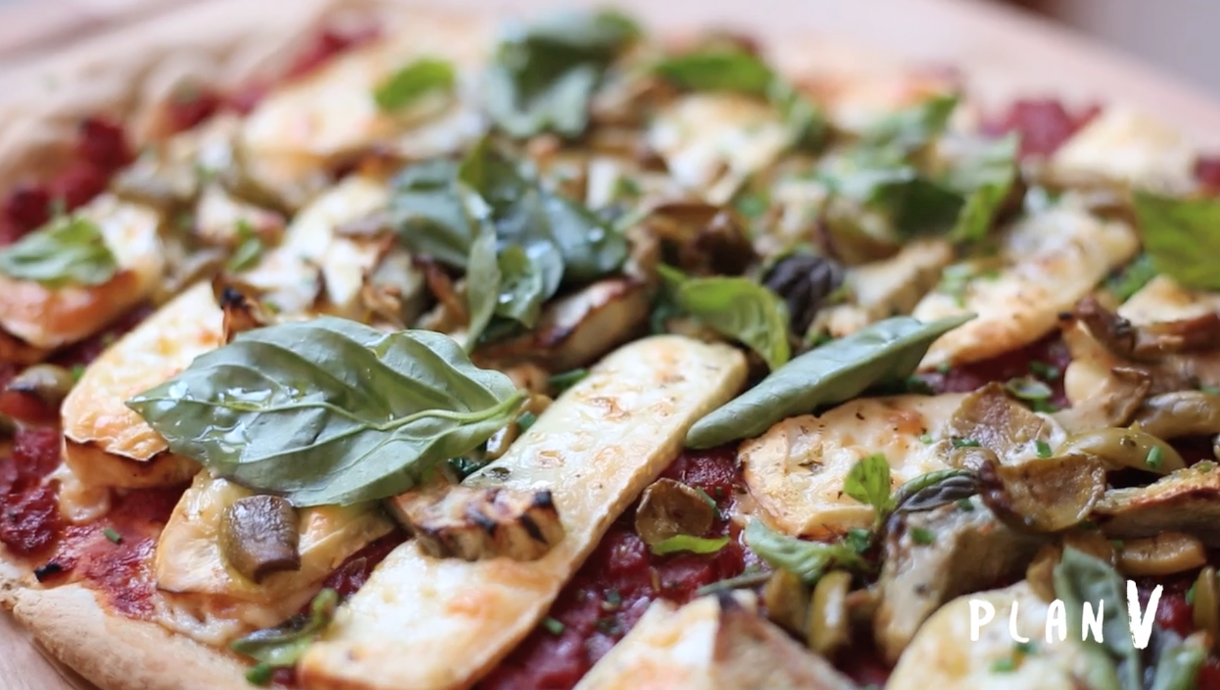 Pizza de avena con queso brie y alcachofas