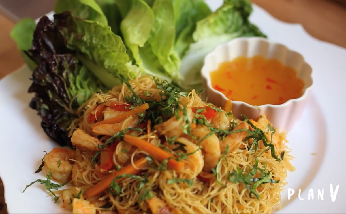 Wraps en hojas de lechuga rellenos con fideos de arroz y camarones