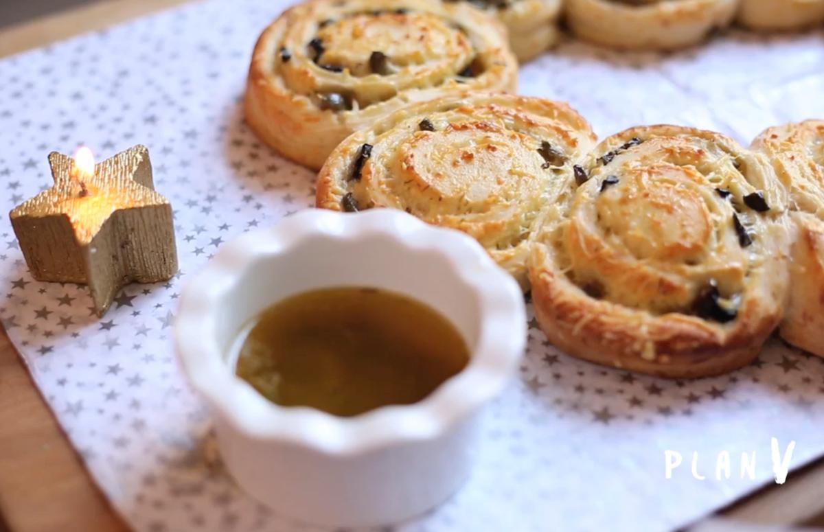 Rollo de pan, queso y aceitunas