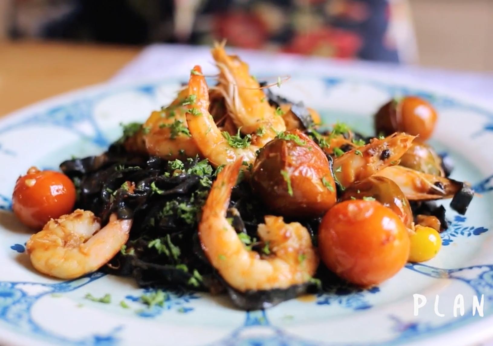 Pasta fresca con tinta de calamar y camarones al ajillo