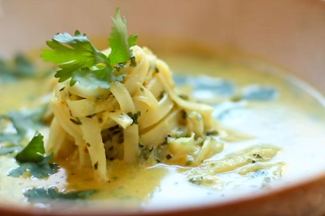 Sopa thai con fideos de arroz