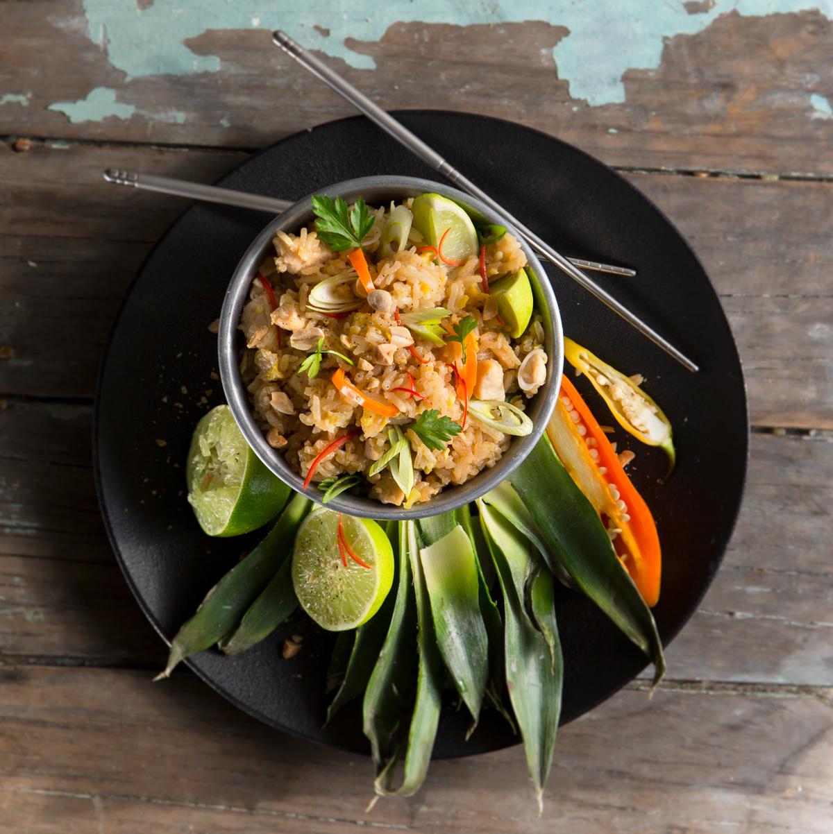 Arroz jazmín frito con pollo y piña thai