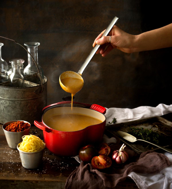Sopa de porotos, zapallo espagueti y chorizo crocante