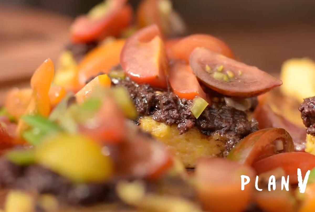 Polenta a la parrilla con prieta y tomates