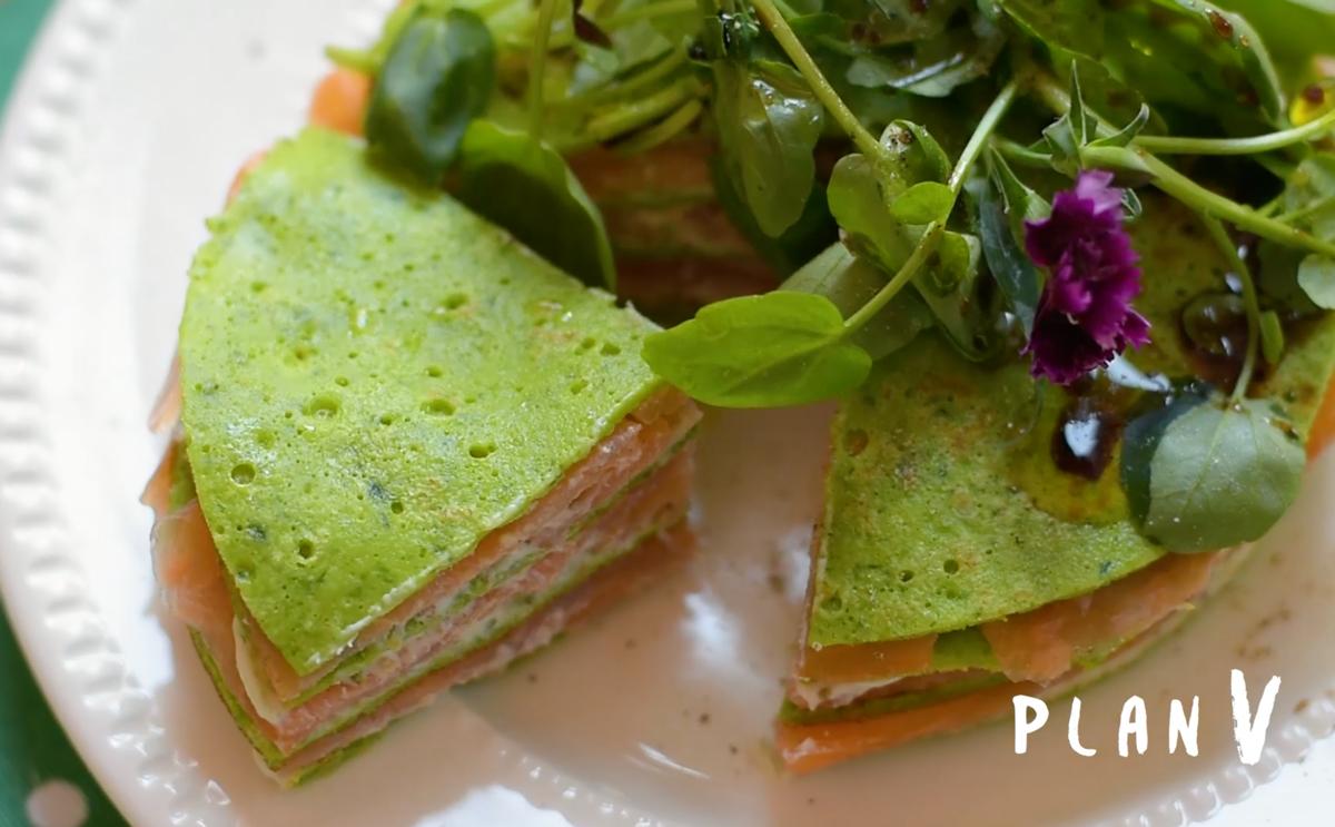 Torta de panqueques de espinaca con salmón ahumado