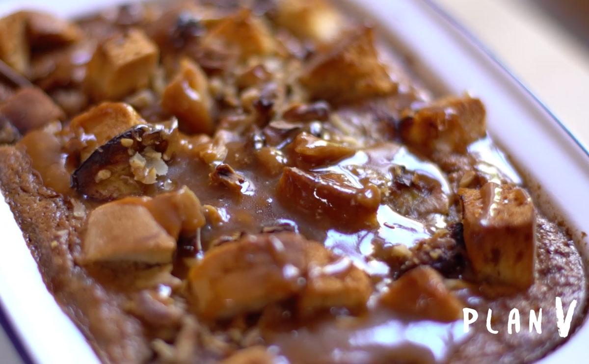 Budín de pan y plátano con salsa de toffee al ron