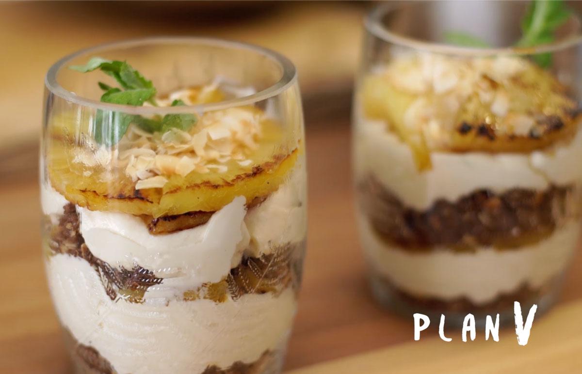 Cheesecake en vasitos de piña asada