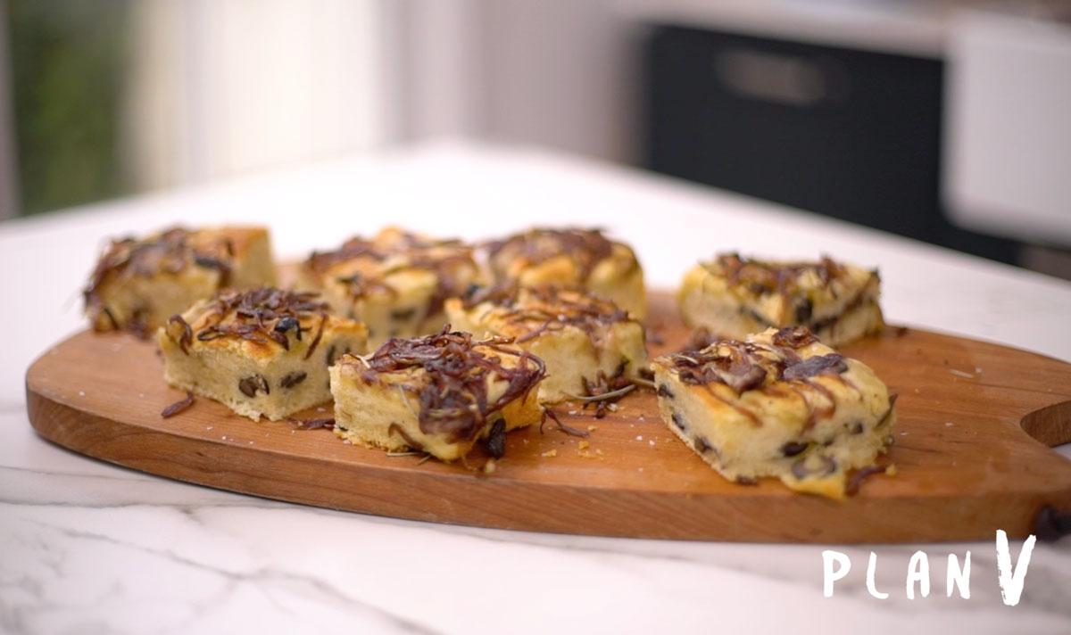 Focaccia con aceitunas, romero y cebolla caramelizada