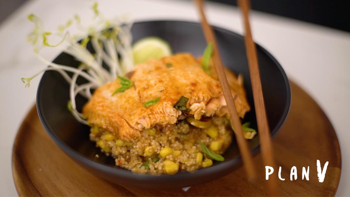 Papillote de salmón con hierbas sobre quinoa cremosa