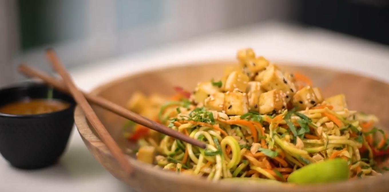 Vegan pad thai con tofu agridulce