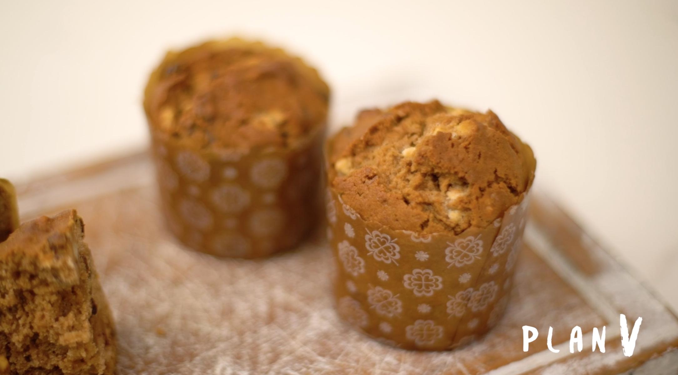 Mini pan de pascua con ciruelas y chocolate blanco